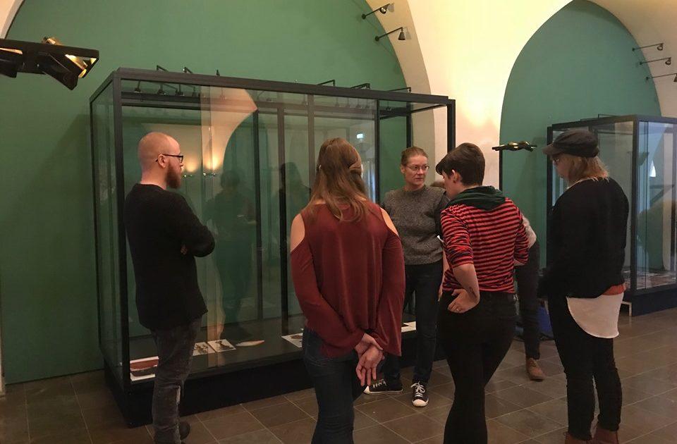 Üliõpilased uurimas vitriine näituse