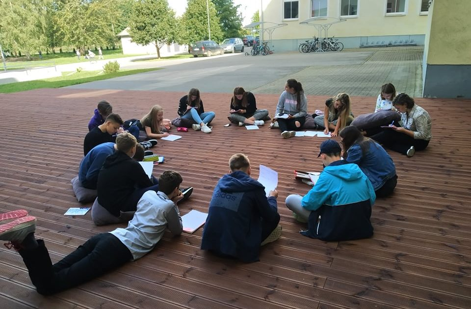Õppimine toimub kõikjal. Tallinna Pae Gümnaasiumi noored. Foto: Christina Lään.